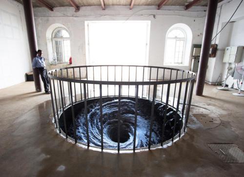 anish-kapoor-water-vortex-descension-kochi-muziris-biennale-designboom-01