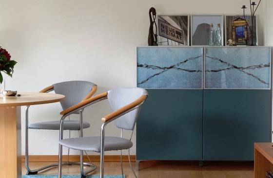 stühle+glasschrank
